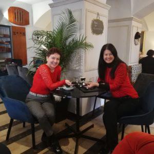 Prof. Suzana Suholežnik in prof. Andreja Tanšek, ko druženje ob kavi še ni bilo prepovedano.